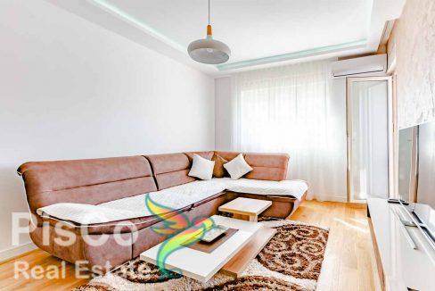 Stan u novogradnji, toplih tonova i kvalitetnog namještaja