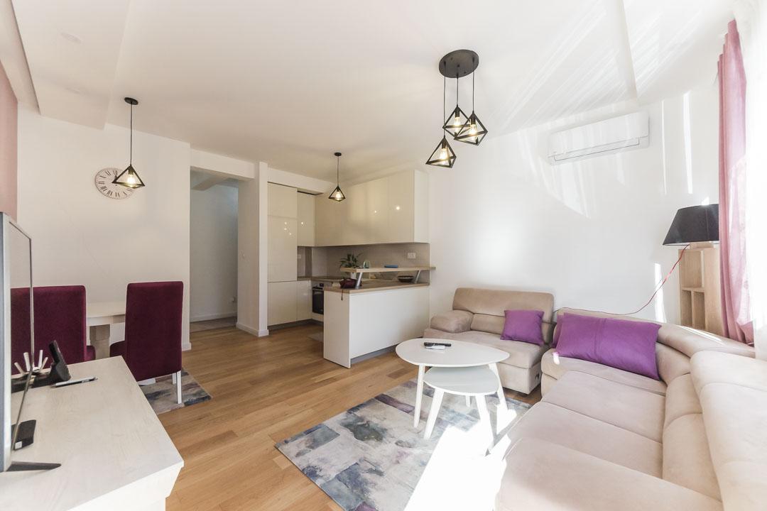 Izdaje se luksuzno opremljen dvosoban stan u Bloku 9   Podgorica