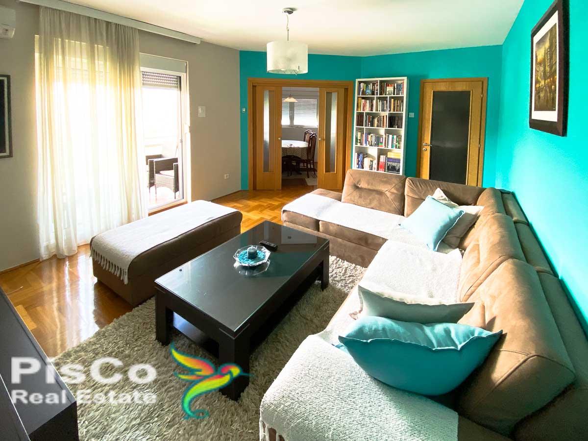 Izdaje se Lijepo namješten trosoban stan u Bloku 9 99m2 + Garažno mjesto