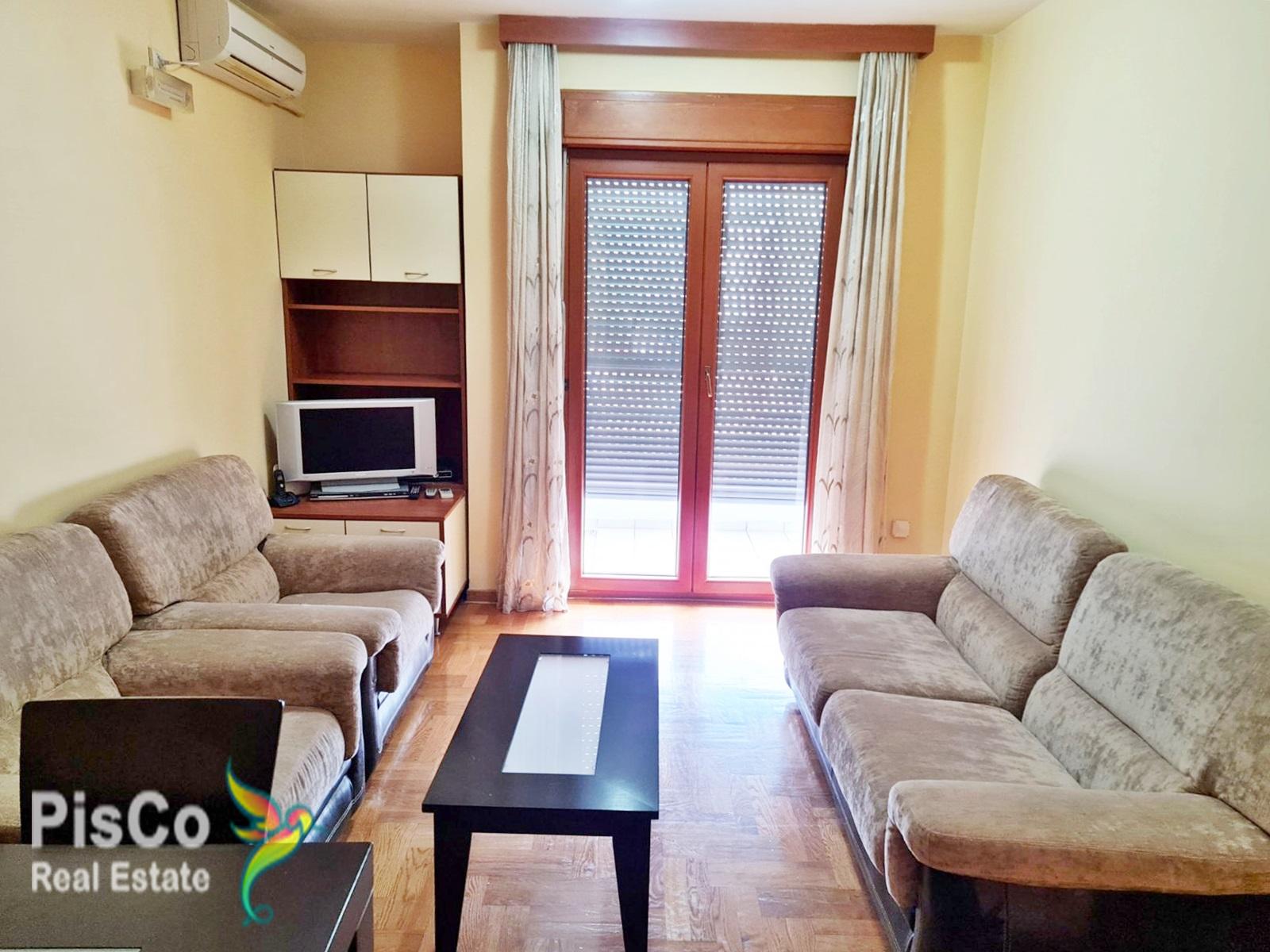 Izdaje se lijepo namješten jednosoban stan u zgradi Maxim Preko Morače 45m2